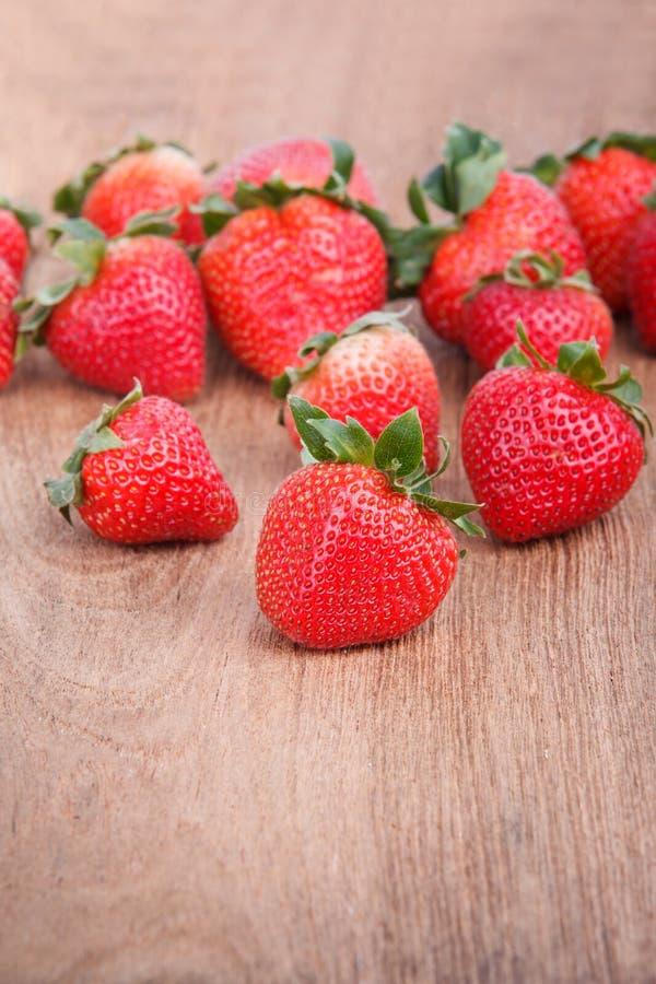 Frische Erdbeeren auf hölzernem stockfotografie