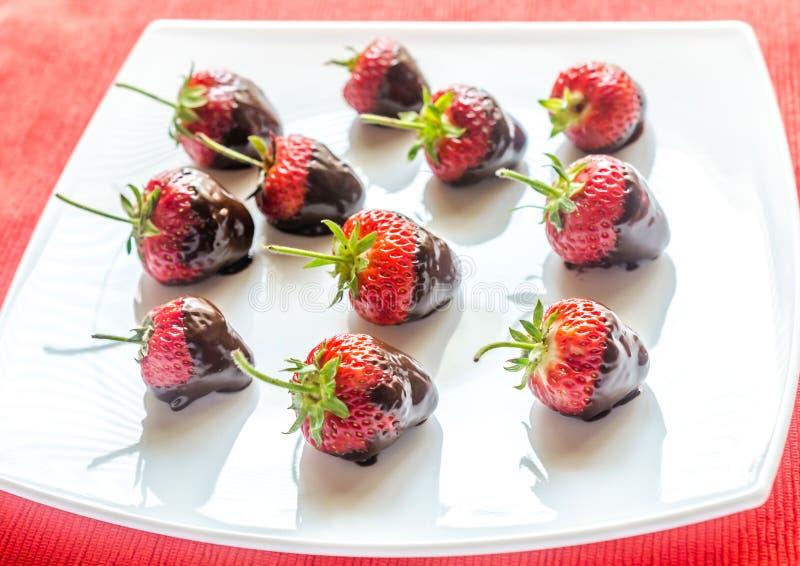 Frische Erdbeeren bedeckt mit dunkler Schokolade lizenzfreies stockfoto