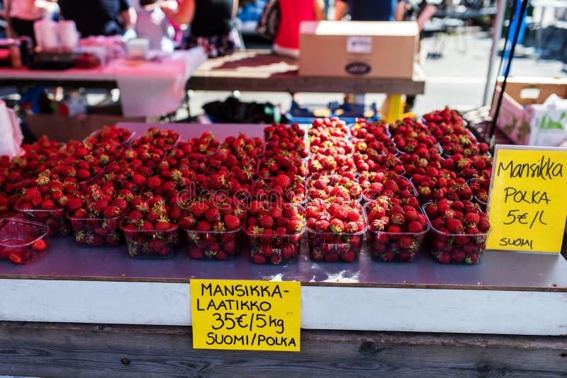 Frische Erdbeeren, die in einem freien Markt des finnischen Sommers verkauft werden lizenzfreies stockfoto