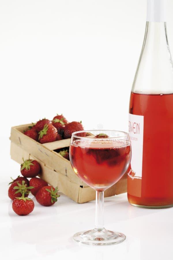 Frische Erdbeeren im Korb und in der Erdbeere wine im Glas stockfoto