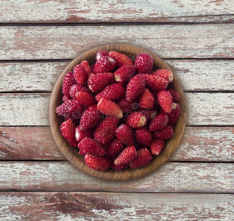 Frische Erdbeeren legen auf rustikalen Hintergrund Beschneidungspfad eingeschlossen Hintergrund von wildberries Reife Walderdbeer lizenzfreie stockfotos