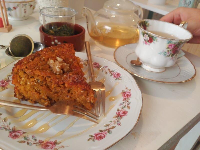 Frische Erdbeeren und Tee auf Porzellanporzellantellern lizenzfreie stockfotos