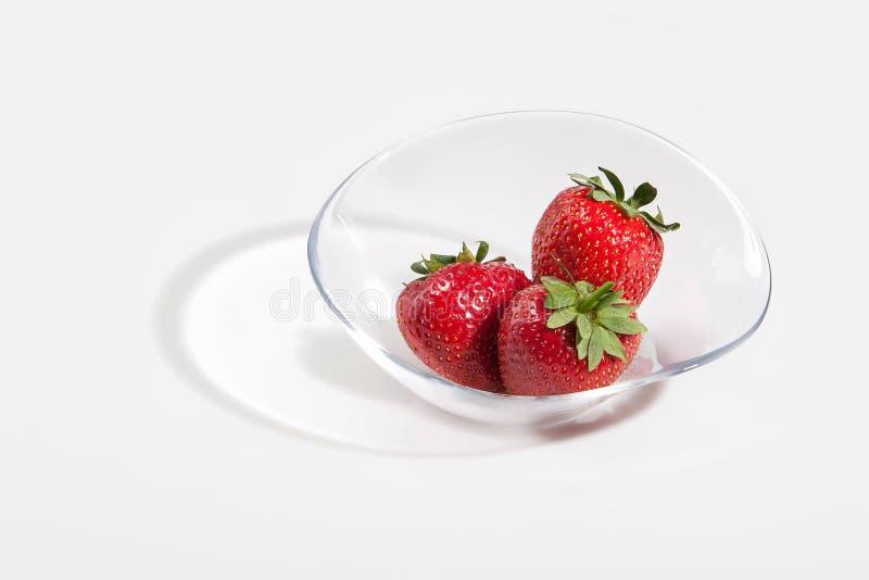 Frische Erdbeerfrucht in einem Glasteller lokalisiert auf einem weißen backg lizenzfreie stockfotos