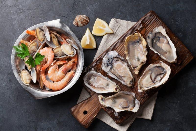 Frische essbare Meerestiere Kamm-Muscheln, Austern und Garnelen stockbilder