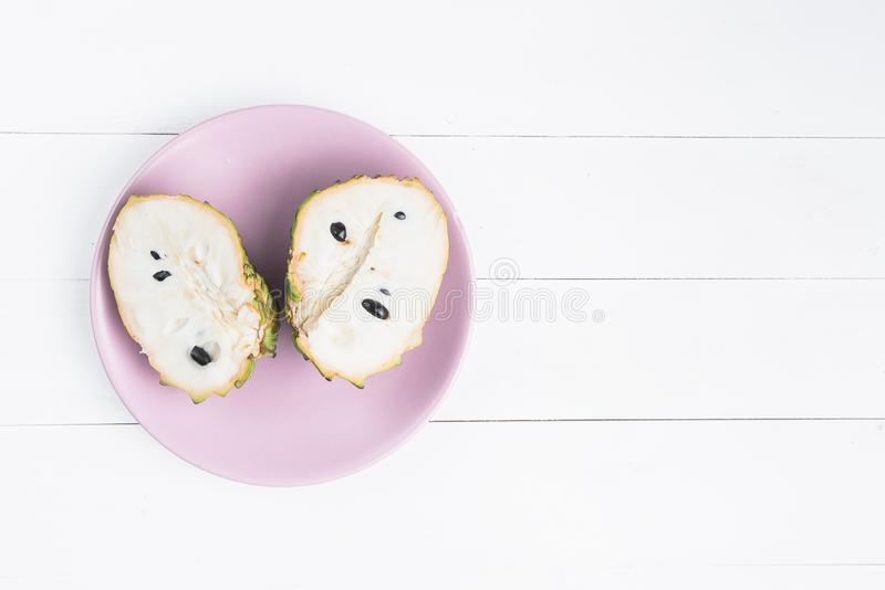 Frische exotische tropische Frucht Zwei halfs Annone lokalisiert auf wei?em Hintergrund, Annonaflaschenbaum stockfoto