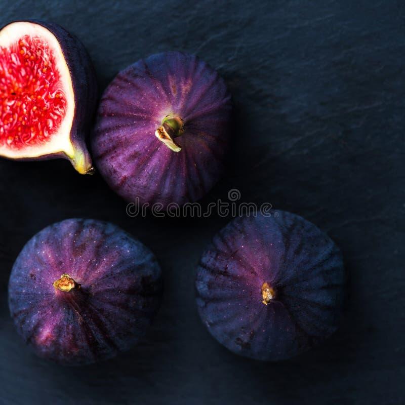 Frische Feigen auf schwarzem Hintergrund Schöne blaue violette Feigen mit stockbild
