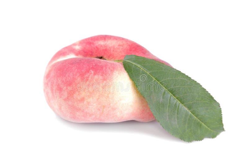 frische Feigen eines Pfirsiches mit einem grünen Blatt auf einem Weiß lokalisierten Hintergrund stockfotografie
