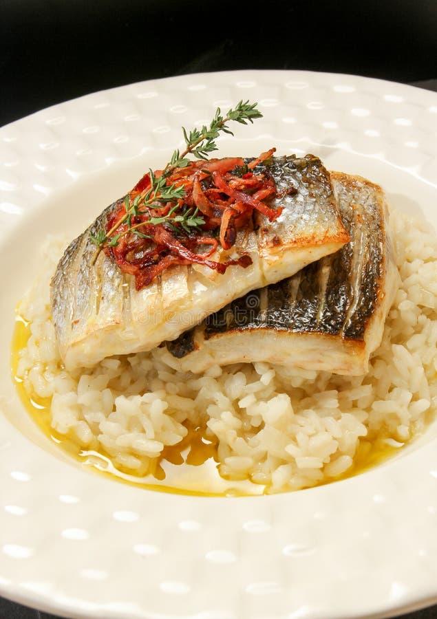 Frische Fisch-Feinschmecker-Abendessen lizenzfreies stockfoto