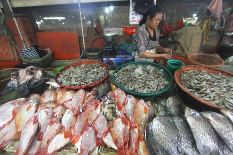 Frische Fische des Bedarfs verbraucht von den Leuten stockbild