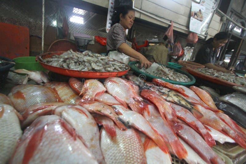 Frische Fische des Bedarfs verbraucht von den Leuten stockfotos