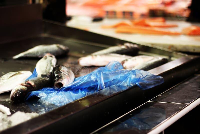 Frische Fische für Verkauf in einem Freilichtlebensmittelmarkt stockbilder