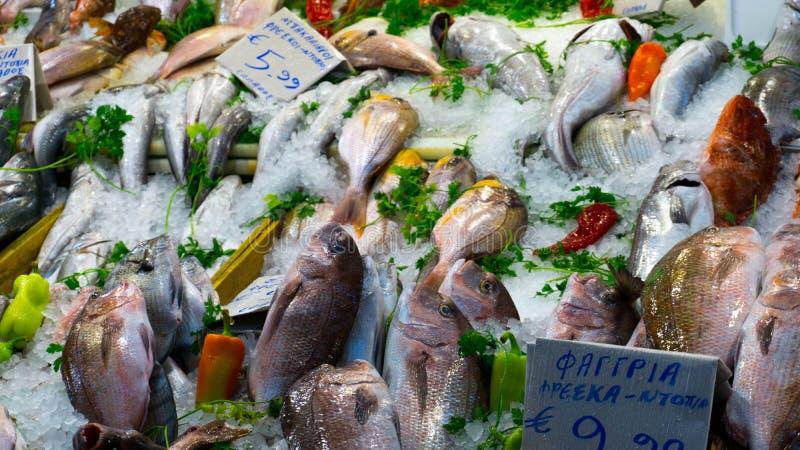 Frische Fische mit Gewürz und Gemüse, das beim Centr verkauft wird stockbilder