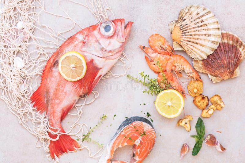 Frische Fische und Meeresfrüchte mit Kräutern und Gewürzen stockfoto