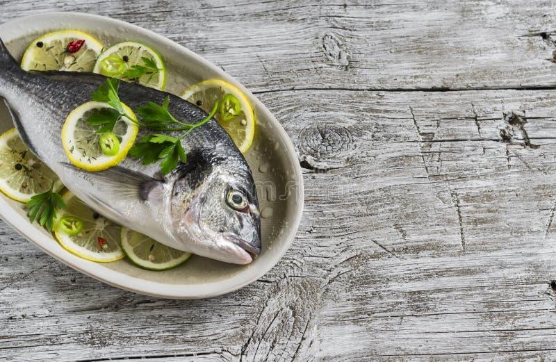 Frische Fische, Zitrone, Kalk und Petersilie Dorado lizenzfreies stockfoto