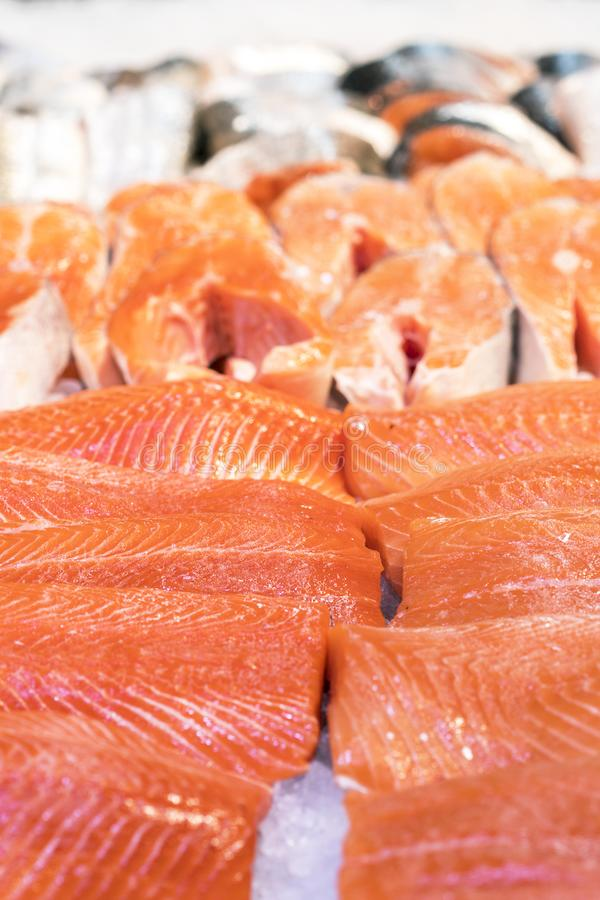 Frische Forellenleisten im Eis Gesunde Nahrung lizenzfreie stockfotos