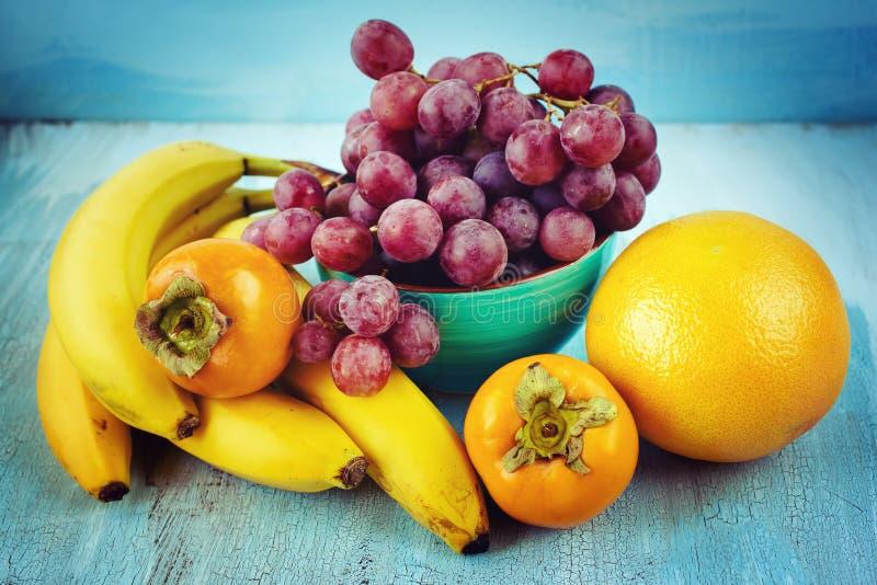 Frische Früchte auf Blau lizenzfreie stockfotografie