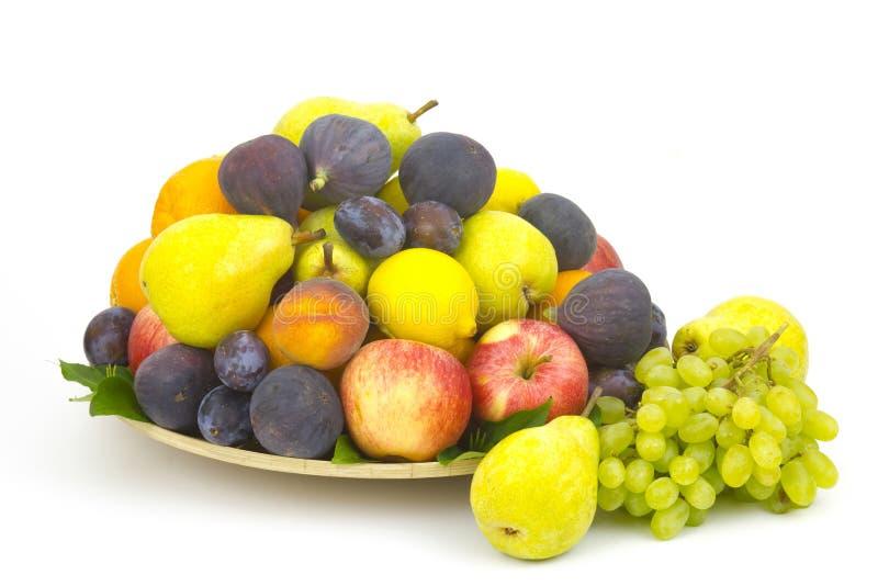 Frische Früchte auf einer Platte lizenzfreie stockfotos