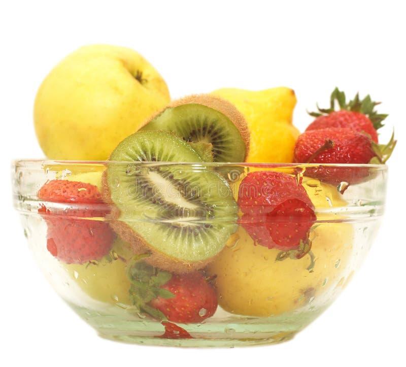 Frische Früchte in der Glasschüssel stockfotografie