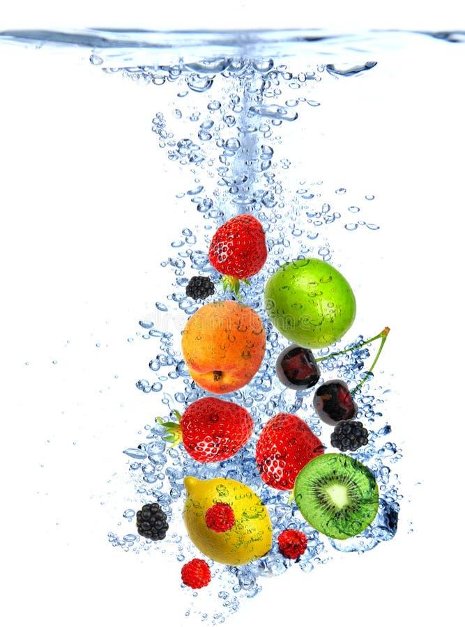 Frische Früchte fielen in Wasser lizenzfreies stockbild