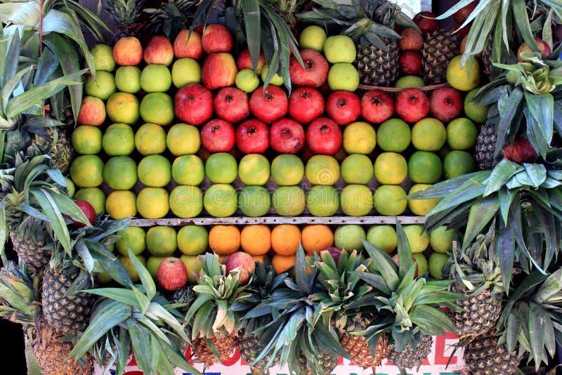Frische Früchte im Markt stockbild