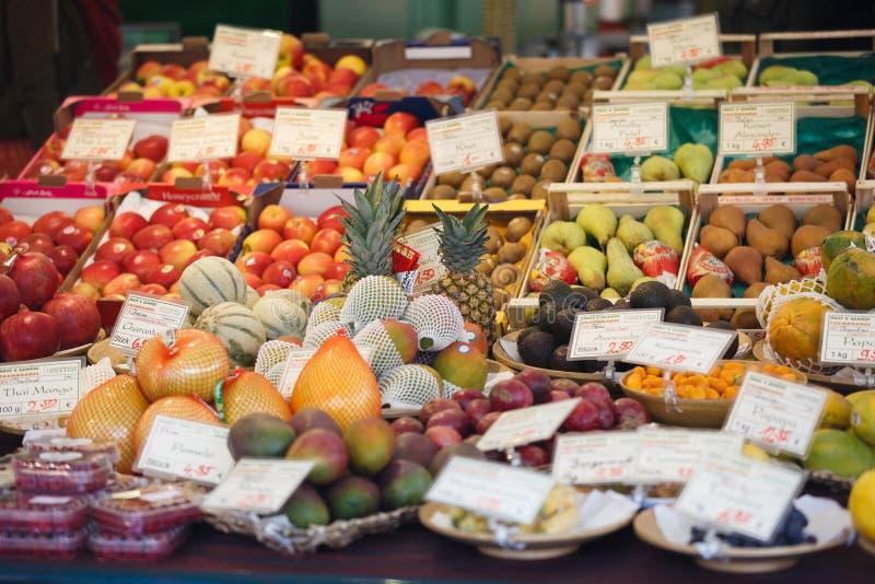 Frische Früchte im Markt stockbilder