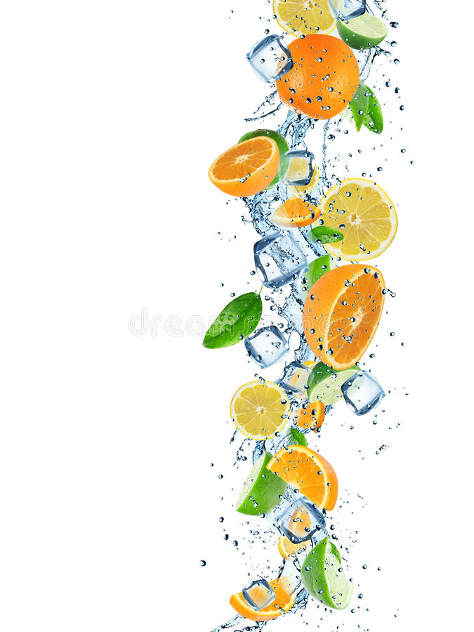 Frische Früchte im Wasserspritzen lizenzfreie stockfotografie