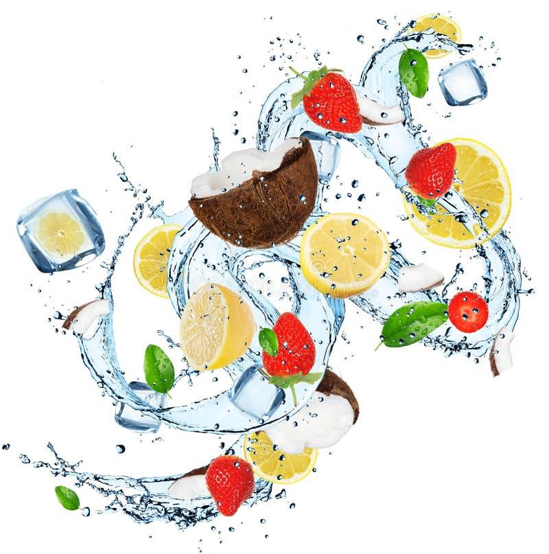 Frische Früchte mit Wasserspritzen lizenzfreie stockfotografie