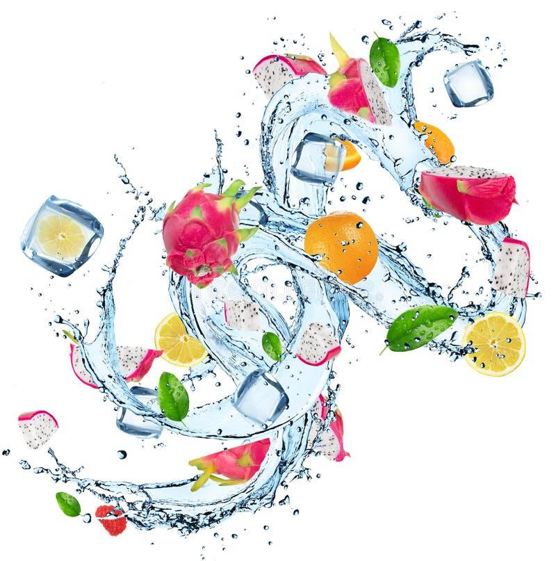 Frische Früchte mit Wasserspritzen lizenzfreies stockfoto