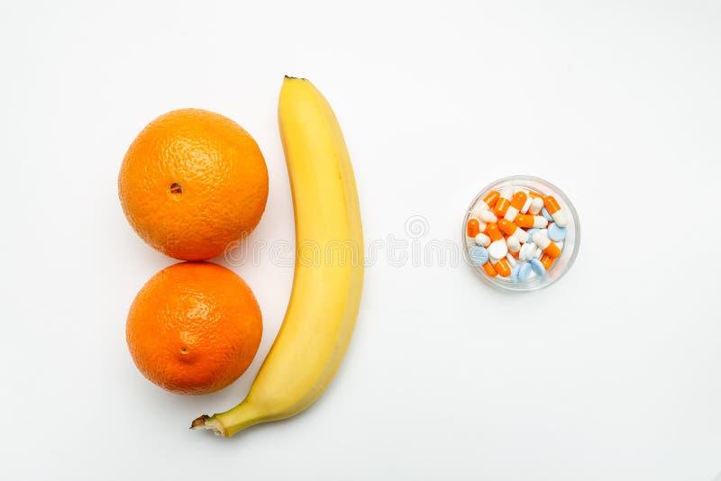 Frische Früchte und Pillen auf einem weißen Hintergrund, Draufsicht stockbilder