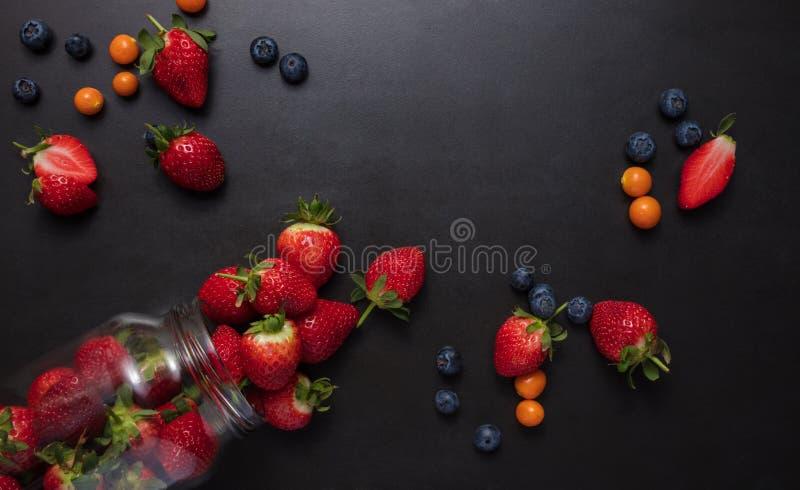 Frische Früchte zerstreut auf Tabelle stockbild