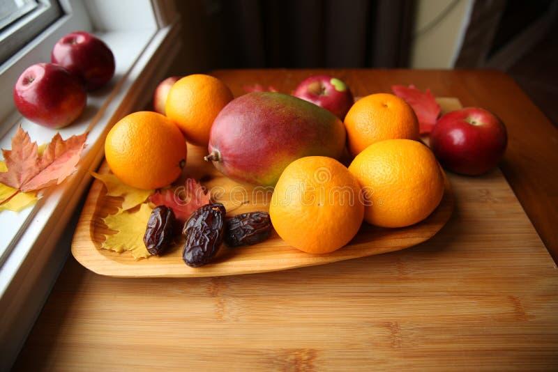 Frische Frucht auf einem hölzernen Hintergrund stockfotos