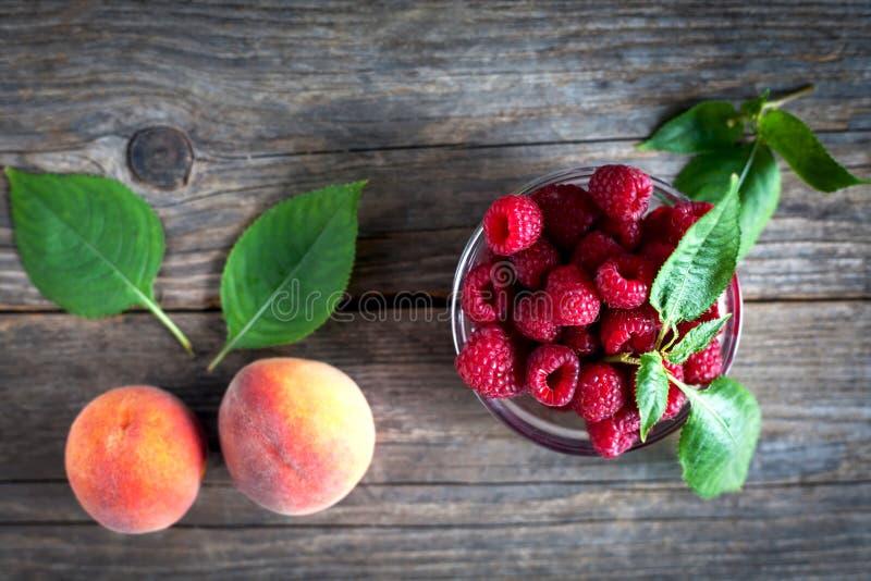 Frische Frucht auf einem Holztisch stockfotos