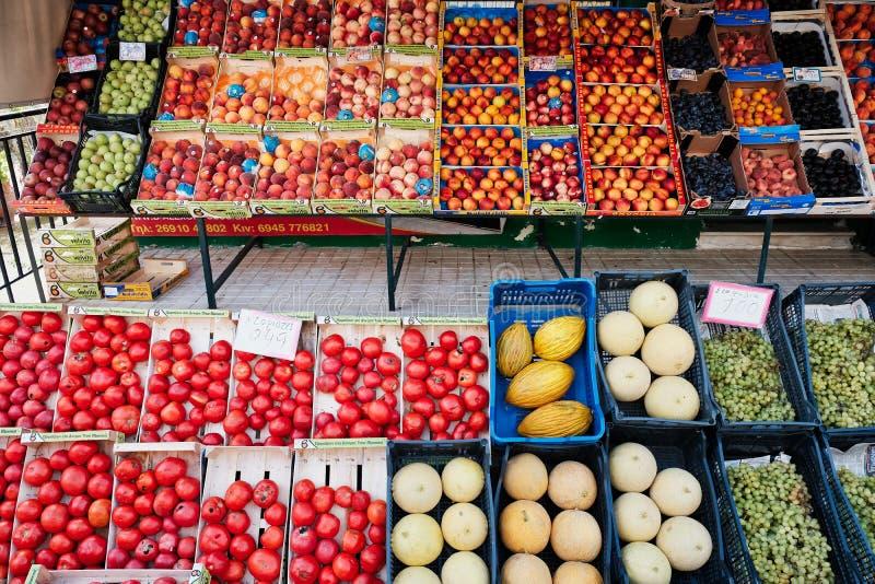Frische Frucht in den Kästen am griechischen Shop lizenzfreies stockfoto