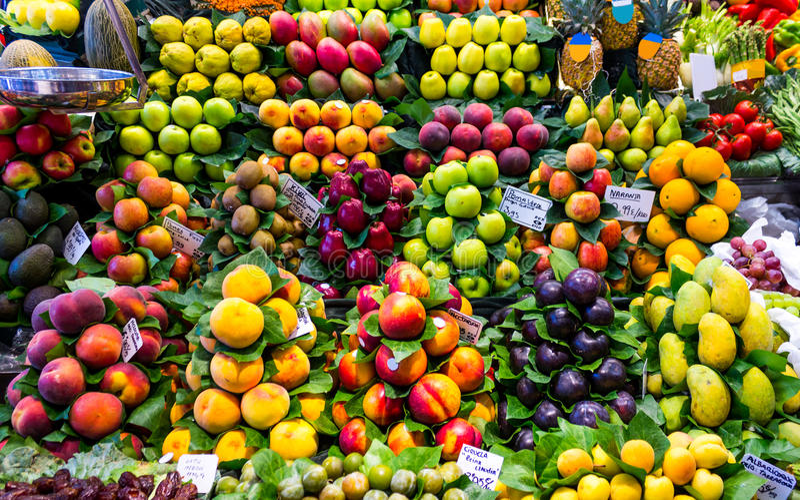 Frische Frucht an einem Markt lizenzfreie stockbilder