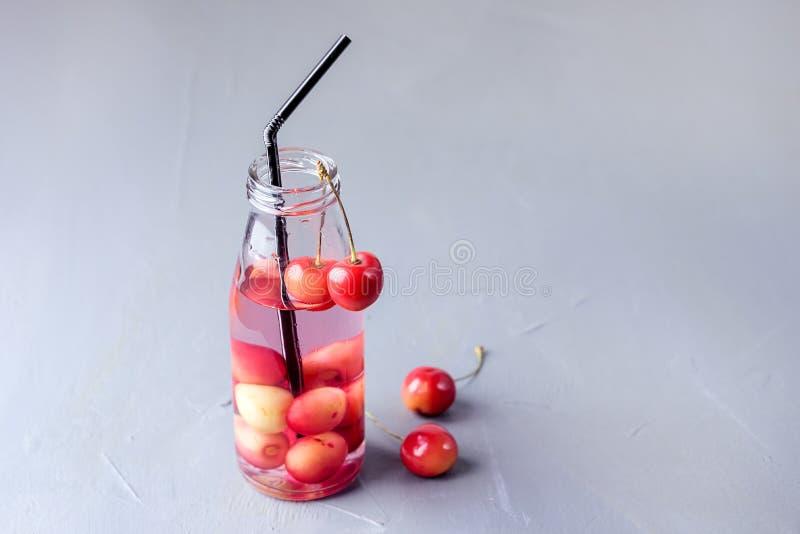 Frische Frucht goss Wasser organisches Detox-Getränk-gesundes Lebensstil-Reduktionsdiät-Konzept-Sommer-kaltes Getränk-kühle Limon lizenzfreie stockbilder