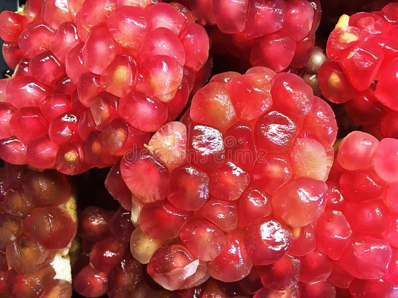Frische Frucht Granatapfel offen die Gruppen des Safts aufdecken stockfotografie