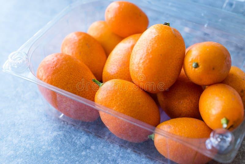 Frische Frucht japanische Orange/Cumquat im Plastikkasten lizenzfreie stockbilder