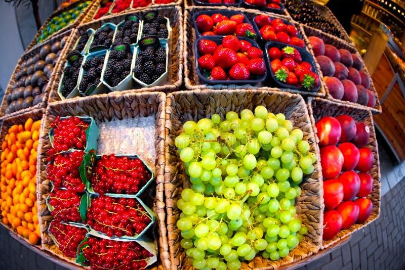 Frische Frucht am offenen Markt des Landwirts lizenzfreie stockfotos