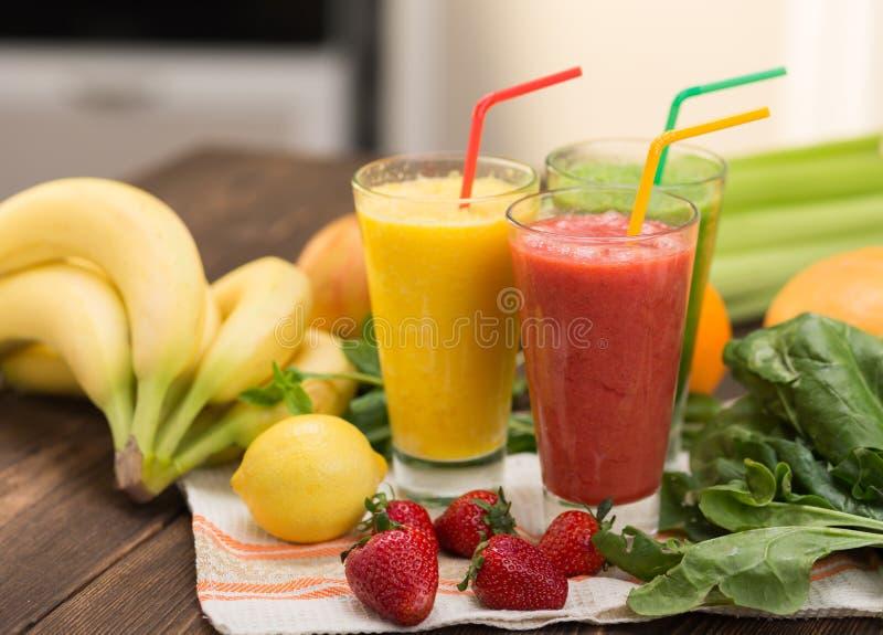 Frische Frucht Smoothies lizenzfreie stockfotos