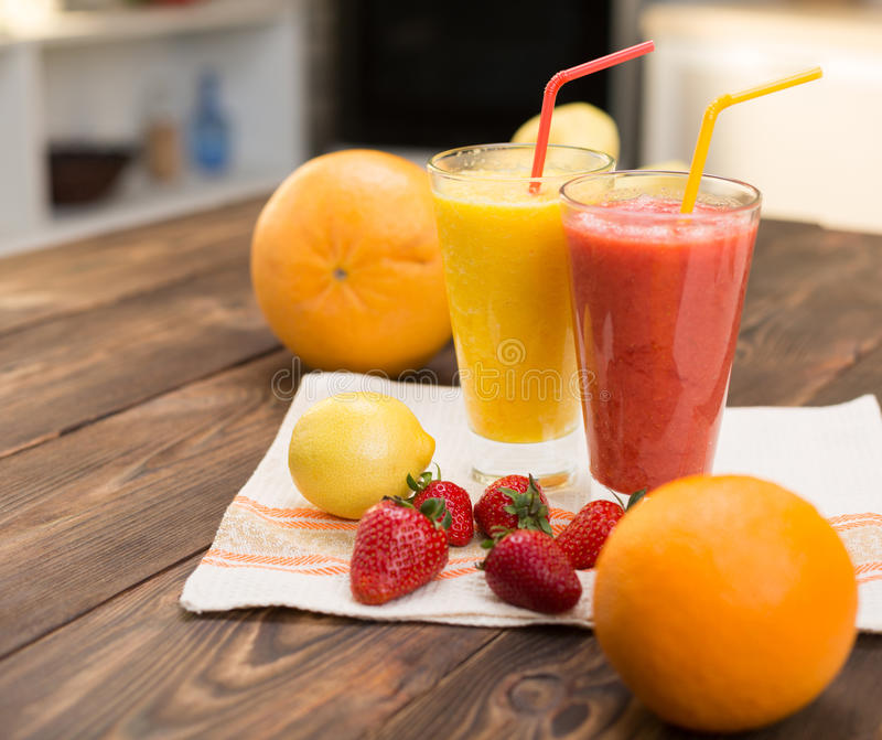 Frische Frucht Smoothies stockfotos