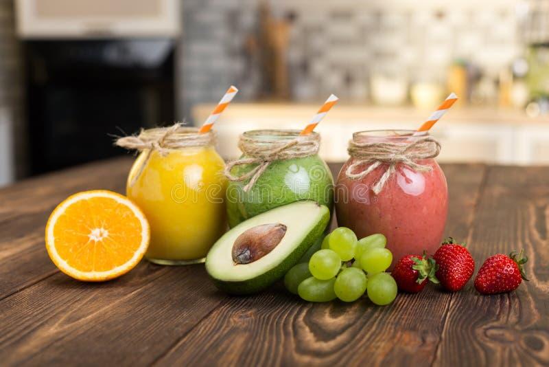 Frische Frucht und Glas mit Smoothie lizenzfreies stockbild