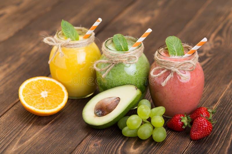 Frische Frucht und Glas mit Smoothie lizenzfreie stockfotos