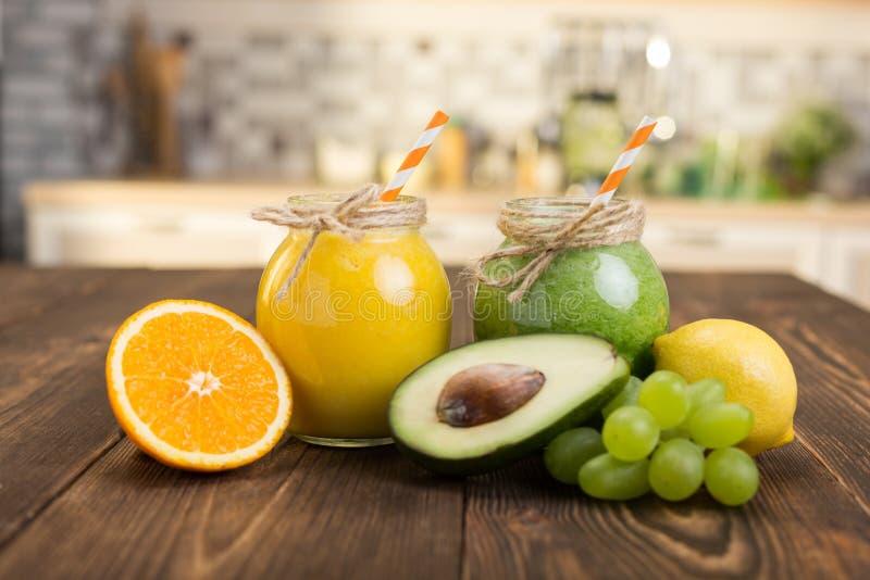 Frische Frucht und Glas mit Smoothie lizenzfreie stockfotografie