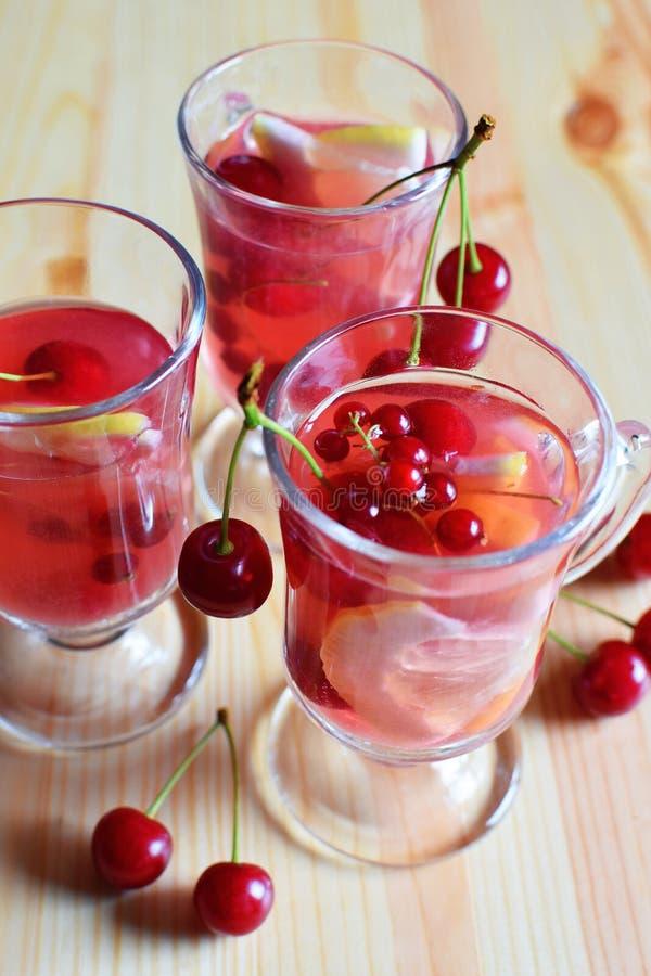 Frische Fruchtsaftcocktails in drei Glas lizenzfreie stockfotografie