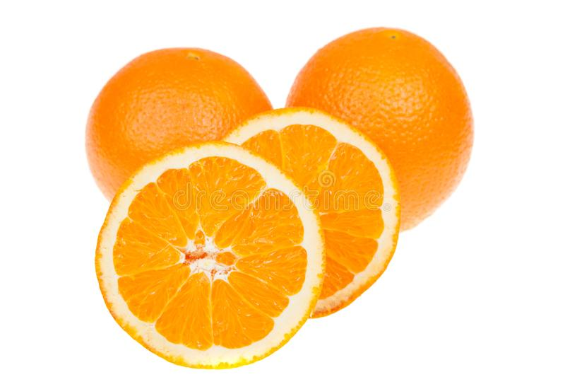 Frische ganze und geschnittene orange Früchte, lokalisiert auf Weiß stockfotos