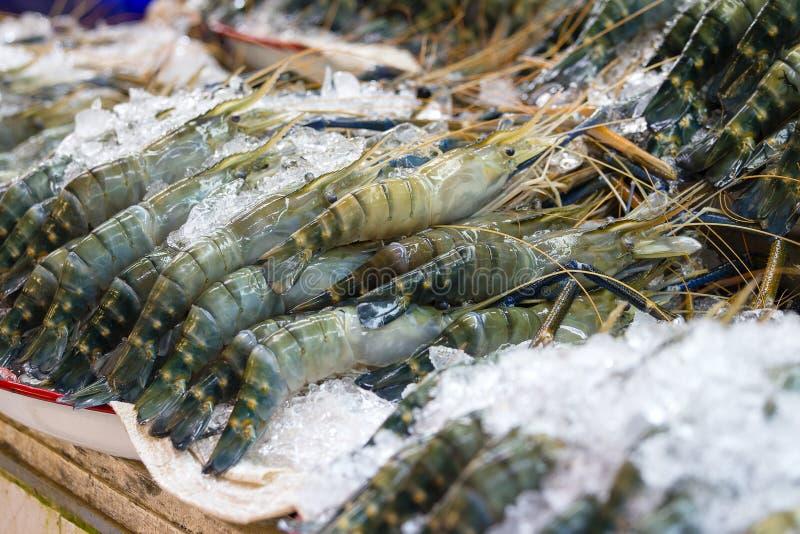 Frische Garnele oder Garnele auf Eis für den Verkauf am Meeresfrüchtemarkt, Thailand stockfoto