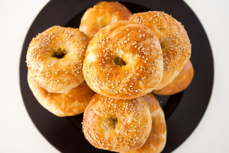 Frische gebackene bagle Brötchen mit Samen des indischen Sesams auf weißem Hintergrund lizenzfreies stockbild