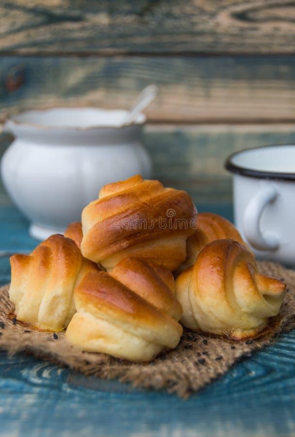 Frische gebackene Brötchen mit schwarzen Samen des indischen Sesams stockbild