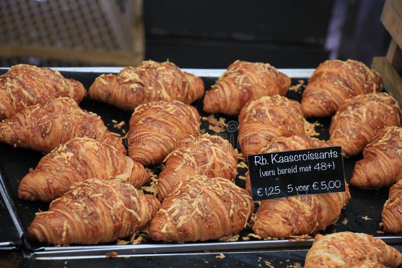 Frische gebackene Hörnchen lizenzfreies stockbild