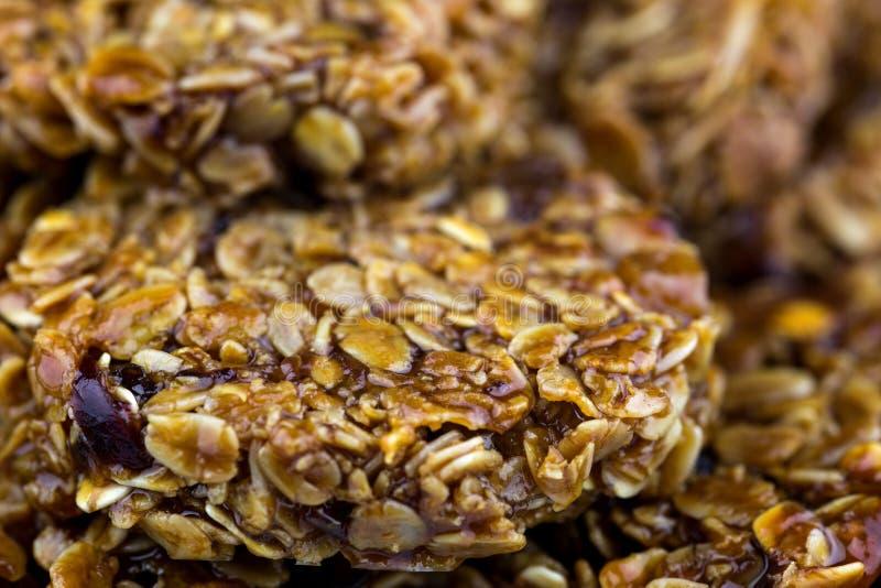 Frische gebackene Hafermehl und Frucht Flapjacks stockfotografie